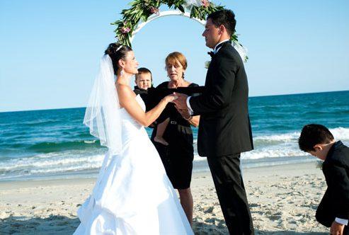 10.15.2010-TyingTheKnotForHatteras bridalouplesIsALaborOfLoveForLocalMinister1