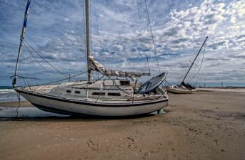 11.11.2013-ShipwreckedSailboatsOnPeaIslandAreDrawingTheCurious